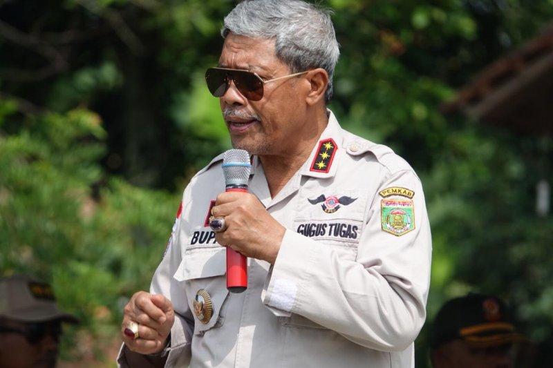 Bupati Lampung Tengah sumbang 100 sak semen untuk pembangunan goromg-gorong