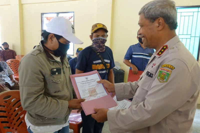 Bupati Lampung Tengah serahkan surat izin usaha mikro kepada warga