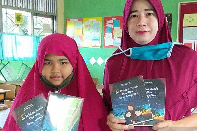 Murid Kelas III SDN 153 Pekanbaru hasilkan buku antologi puisi selama pandemi