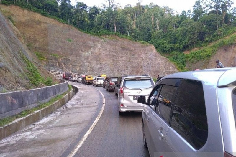Tanah longsor  menimbulkan kemacetan di jalan Tawaeli-Toboli