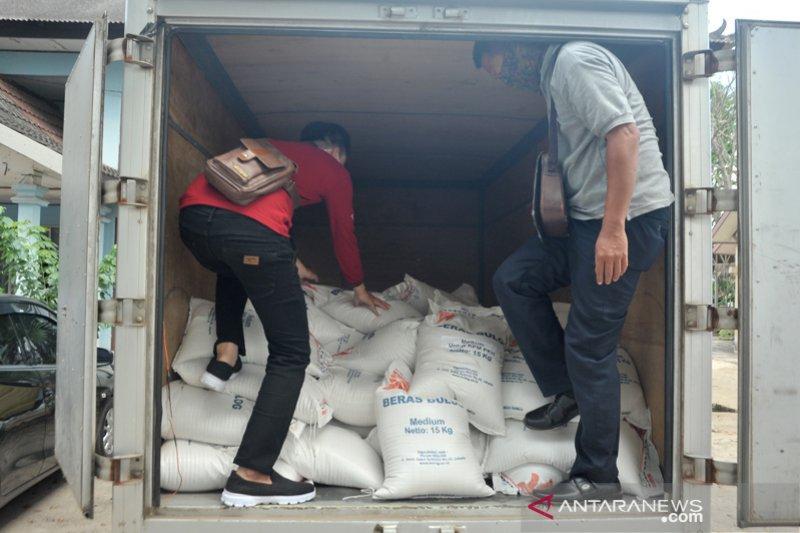 Pembagian Bantuan beras pada penerima manfaat PKH Palembang