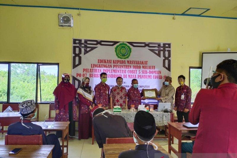 Akademisi UM Palangka Raya beri pelatihan desain grafis-Microsoft Office pada santri