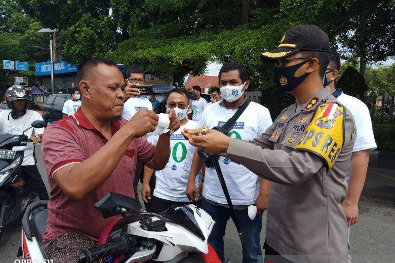 Dukung gerakan ayo pakai masker, Balai Wartawan Luak Limopuluah bagikan 2.000 masker