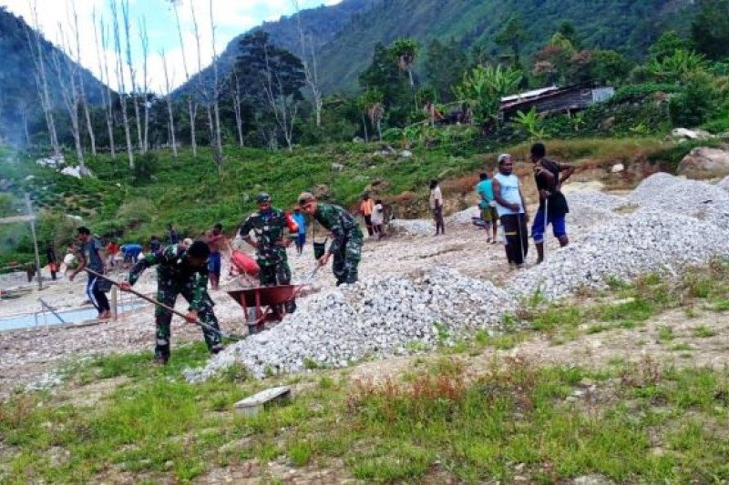 Anggota Babinsa bantu warga Makki kumpulkan material bangunan rumah ibadah