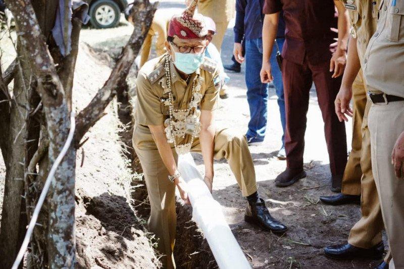 Bupati Pesisir Barat lakukan peletakan pipa pertama pembangunan SPAM