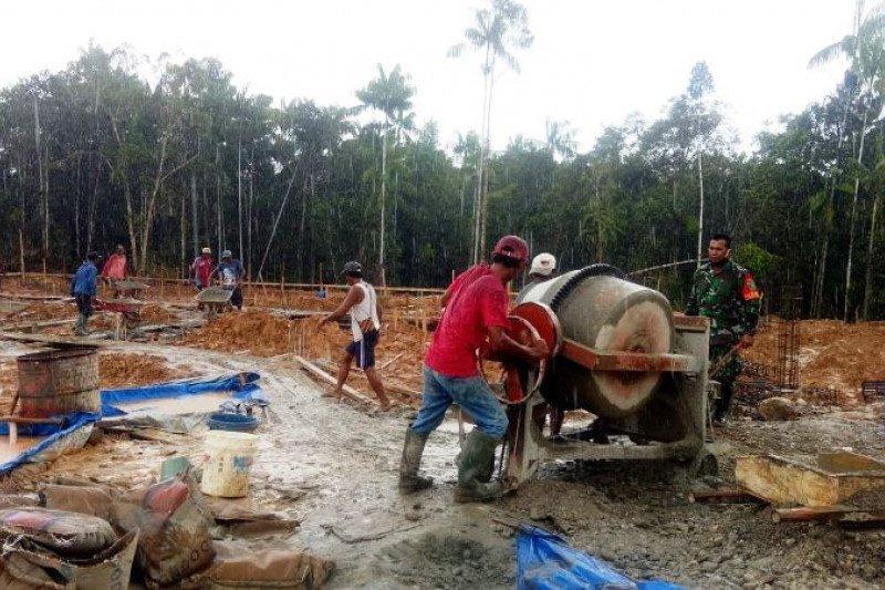 Prajurit TNI bantu bangun pondasi rumah sakit kampung Waropko