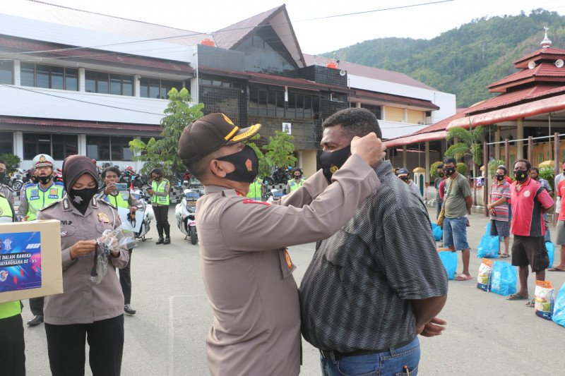 Ditlantas Polda Papua bagikan 100 paket sembako ke supir