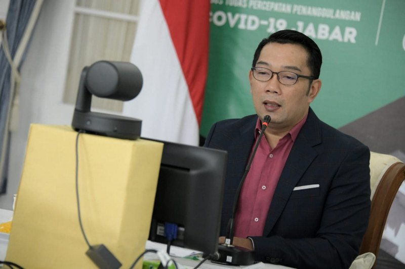 Gubernur Jabar minta warga beradaptasi terkait larangan masker scuba di KRL