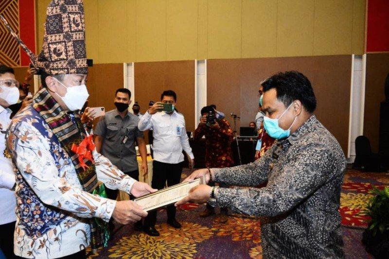 Sekjen Kemenkumham RI serahkan sertifikat KIK IG untuk Enrekang dan Luwu Timur