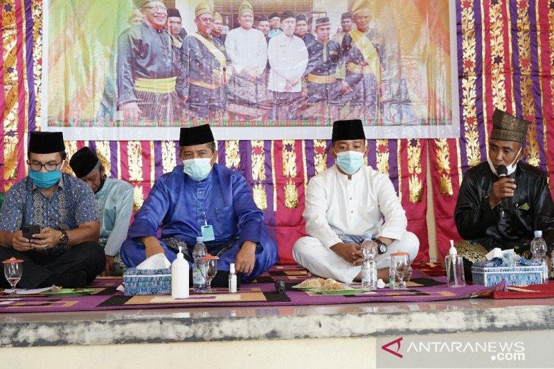 """Penabalan gelar Datuk Wira Kesuma Negeri dan """"Duduk Baselo"""" di Kampung Sungai Berbari Siak"""