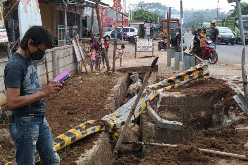 Truk bermuatan  sapi terguling di jalan Simpang Sribhawono Lampung Timur