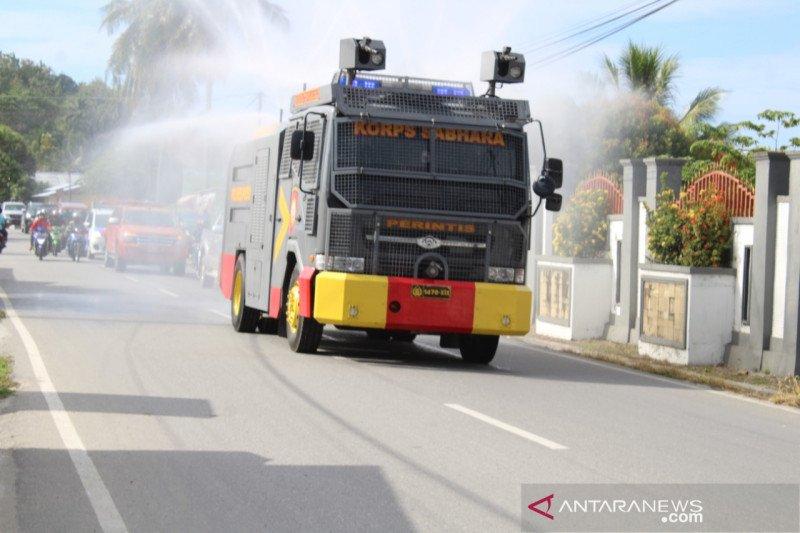 Polres Poso  semprot desinfektan di jalanan kabupaten cegah COVID-19