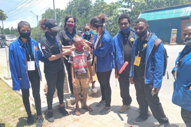 Mahasiswa Uncen bagikan masker untuk warga kota Jayapura