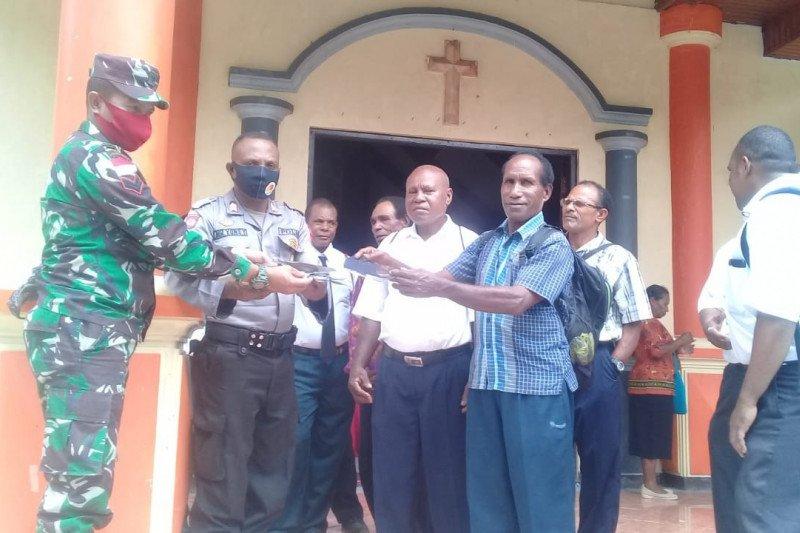 Prajurit Babinsa Koramil Yapsel bagikan masker gratis jemaat GPDI Imandoa