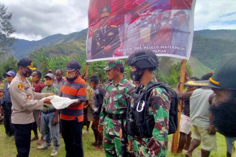 Kapolres Tolikara berikan bantuan sembako warga Distrik Kanggime