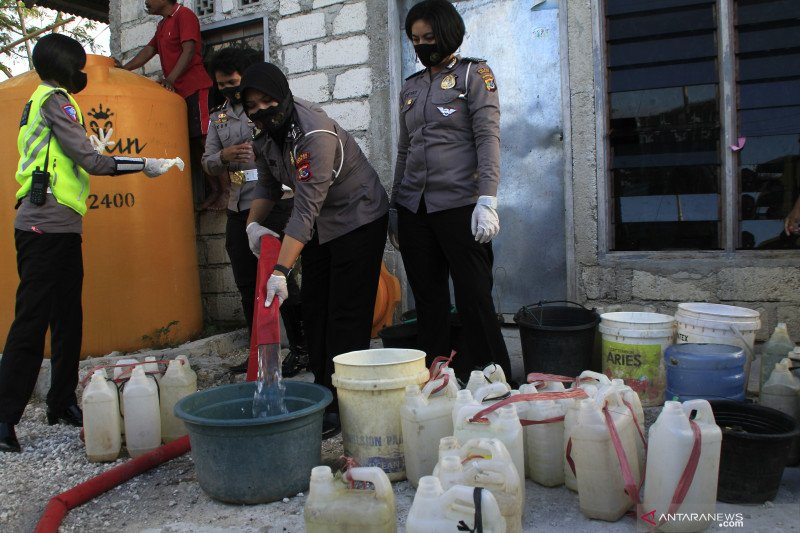 Polisi bagi air bersih kepada warga  Kota Kupang