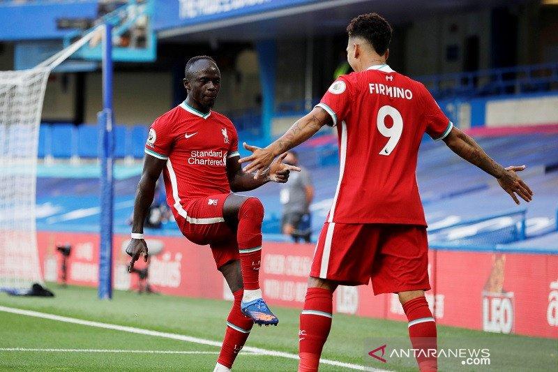 Liverpool mengatasi 10 pemain Chelsea 2-0