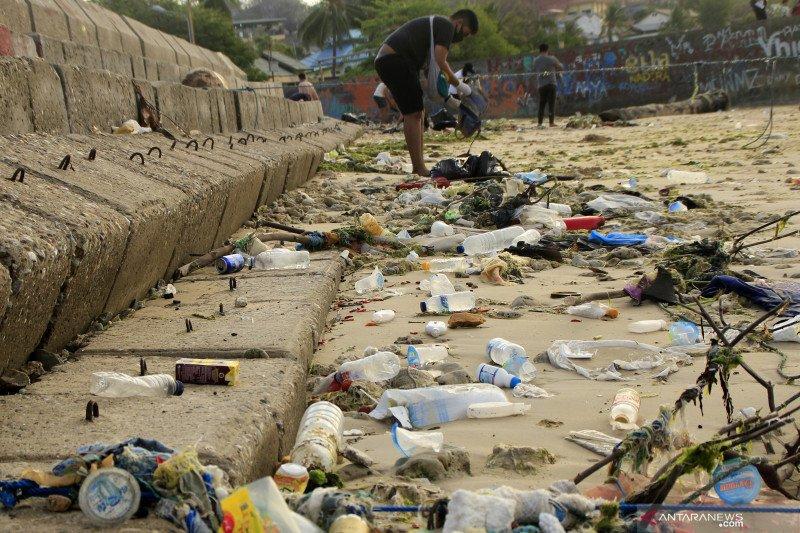 Komunitas Aksi Flobamora kumpulkan satu truk sampah plastik di pantai Kupang