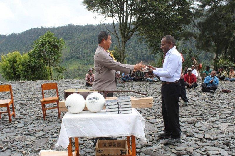 Polres Puncak Jaya berikan bantuan Alkitab kepada jemaat Gereja Wandegobak