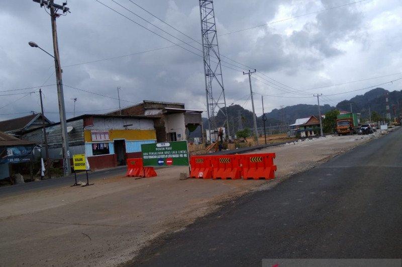 Satu stasiun KA Trans Makassar ditempatkan di wisata karst Rammang-Rammang