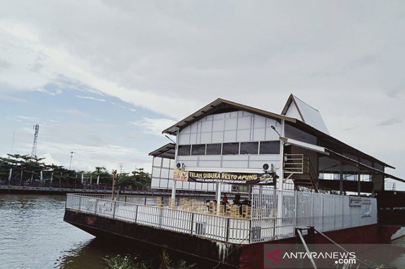 Floating restaurant, a new icon of Banjarmasin