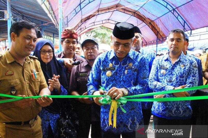 Bupati Lutim resmikan Pasar Rakyat Desa Taripa