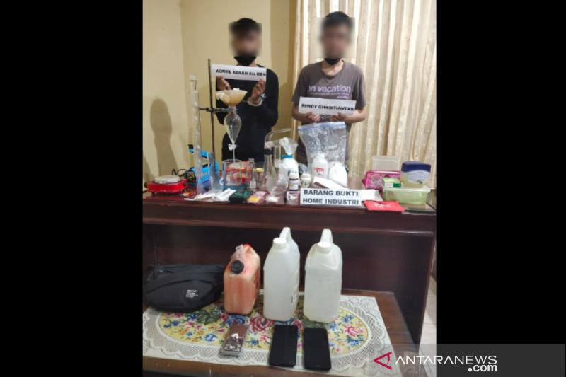 """Polda Sulawesi Tenggara tangkap dua pemuda hendak buka """"home industry"""" sabu-sabu"""