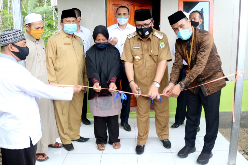 Bank Kalsel bantu dua unit rumah untuk keluarga mualaf