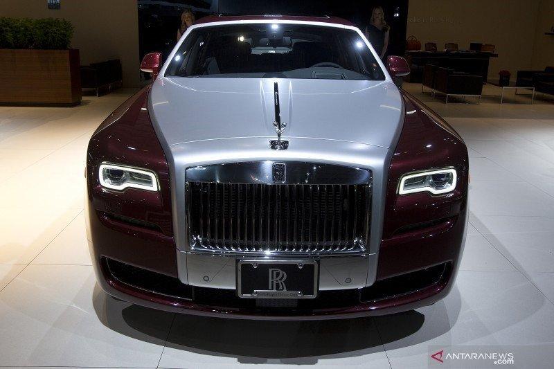 """Rolls-Royce Ghost versi """"Extended"""" saat ini punya ruang duduk lebih lapang"""