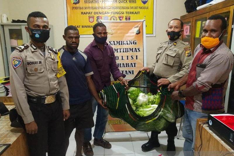 Petani tradisional Tolikara sumbang sayur untuk personel polisi