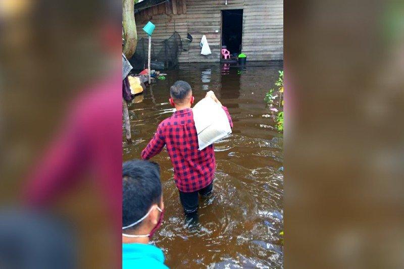 Ketua DPRD Seruyan terobos banjir salurkan bantuan kepada masyarakat