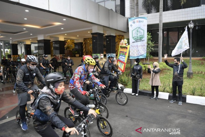 Kemendes sambut Hari Batik Nasional dengan gowes