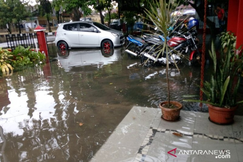 Hujan deras satu jam di Pekanbaru, jalanan tergenang