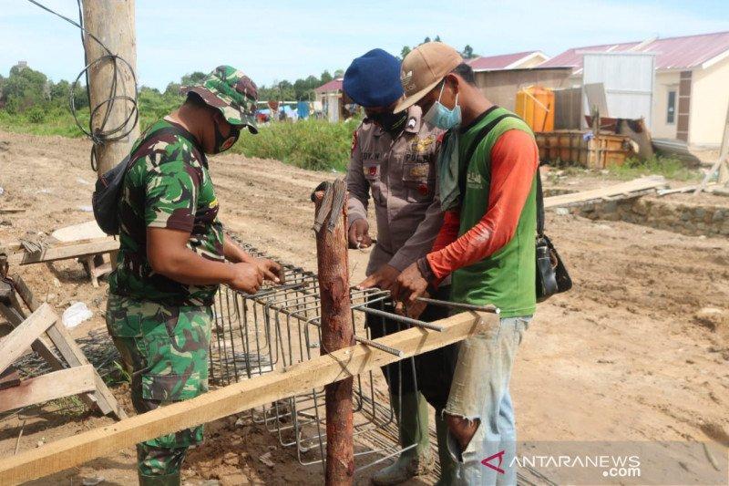 Satgas TMMD bersama warga rangkai kawat besi jembatan di Tarakan