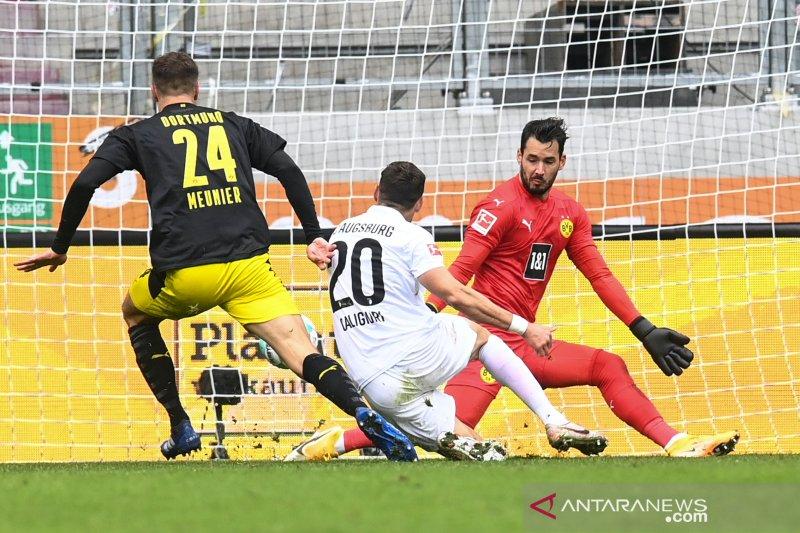 Kalahkan Dortmund, Augsburg perpanjang start sempurna musim ini
