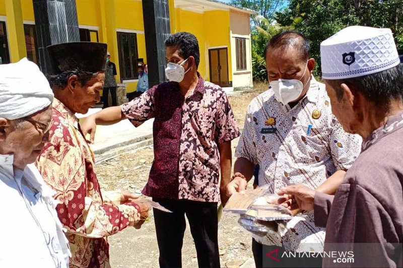 Setdakab Luwu Timur bagikan masker kepada petugas keagamaan