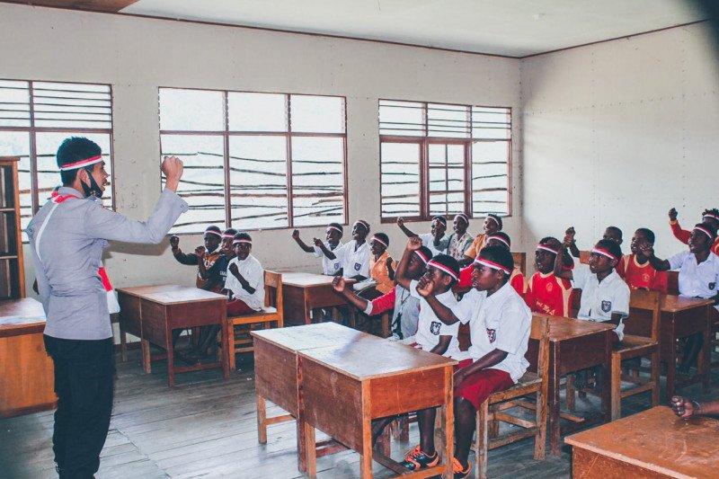 Binmas Noken Polri 'Pi Ajar' siswa SD Dondobaga Puncak Jaya