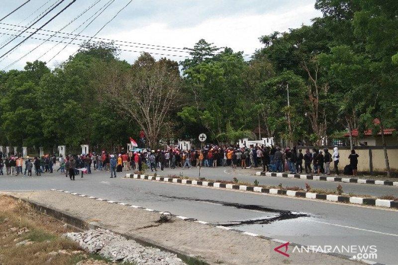 Mahasiswa demo tuntut  keadilan kematian dua mahasiswa UHO Kendari