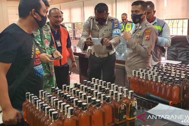 Petugas Bandara Timika sita minuman beralkohol hendak dibawa ke Ilaga Puncak