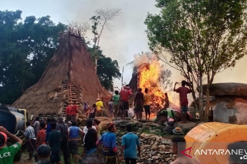 Polisi sebut terbakarnya puluhan rumah adat di sumba akibat tersambar petir