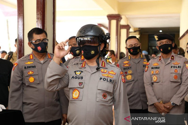 Kabaharkam Polri perkenalkan helm pendeteksi suhu tubuh