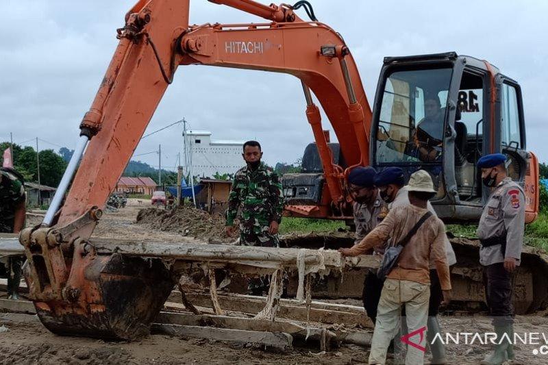 Satgas TMMD Kodim 0907/Tarakan pasang tiang pancang jembatan