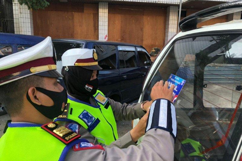 Polresta Jayapura bagikan stiker ayo pakai masker