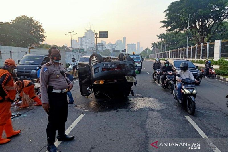 Mobil terguling di dekat gedung DPR/MPR-RI Jakarta