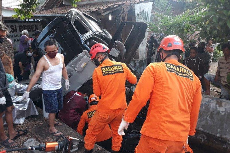Basarnas Yogyakarta mengevakuasi korban terjepit di mobil terperosok masuk selokan