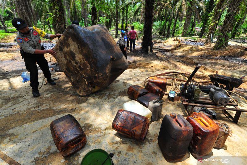 Polisi tutup puluhan sumur minyak ilegal di dua lokasi berbeda