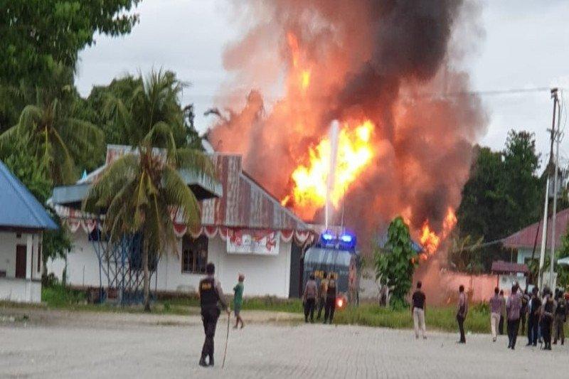 Polisi berikan tembakan peringatan saat buka blokade di jalan Trans Papua