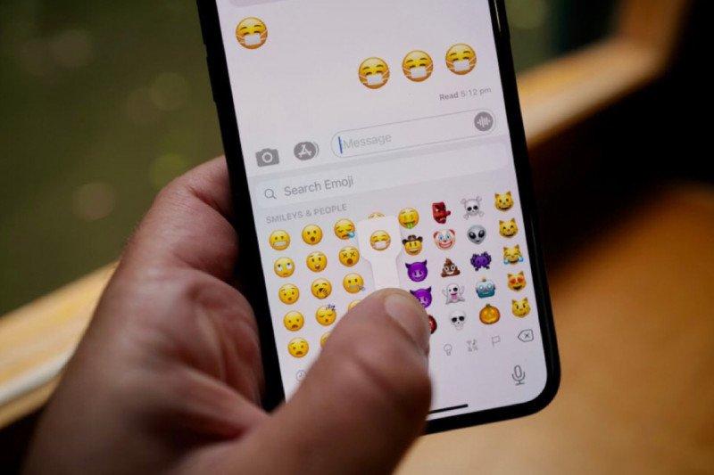 Emoji baru pakai masker dengan wajah tersenyum