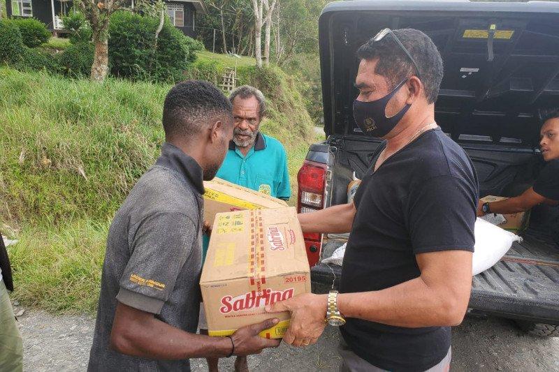 Kapolres Tolikara berikan sembako kepada warga Distrik Konda