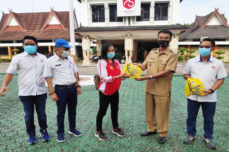 Wabup Barito Utara serahkan bantuan masker dan vitamin  untuk Atlet